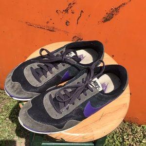 Women's Nike Sneaker Shoes Size 9!